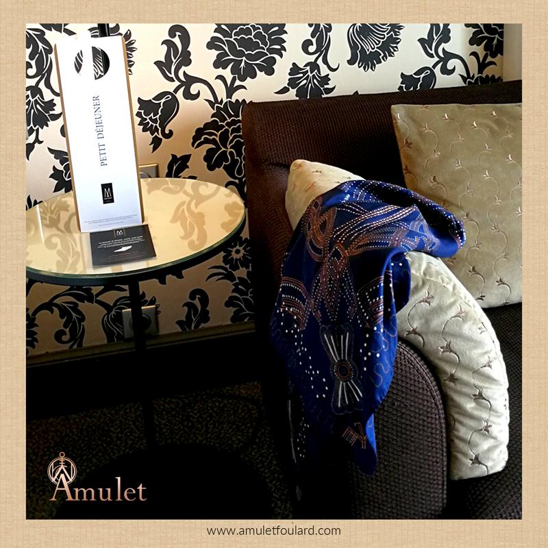 amulet-foulard-messenger-blue-couture-le-grand-hotel-sejour-a-cabourg-luxe-francais